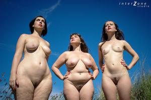 Голая тетка со своими подружками 2 фото