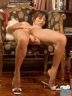 Азиатка получила в подарок на Рождество дилдо 2 фото
