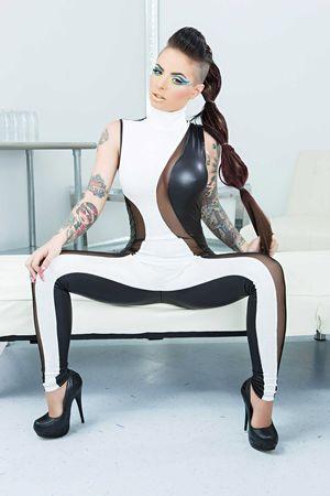 Порно фото стройной женщины с татуировками. 6 фото
