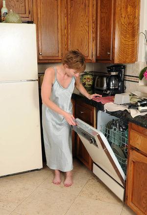 Зрелка разделась на кухне 5 фото