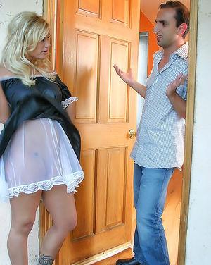 Сисястая зрелка развела соседа на секс 2 фото