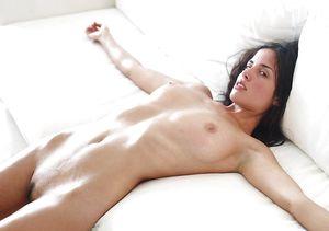 Сексуальная брюнетка показывает свои прелести 7 фото