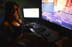Любительница компьютерных игр показывает свои сиськи 3 фото
