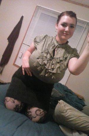 Толстая девка примеряет образы 4 фото