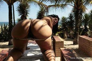 Жопастая тетка в бикини 3 фото