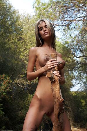 Девушка с идеальными формами участвует в эротической фотосессии 13 фото