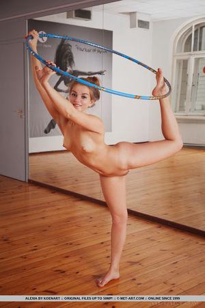 Рыжая гимнастка показала стриптиз с обручем 9 фото