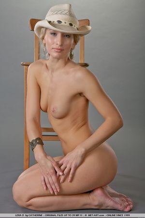 Гибкая блондинка в ковбойской шляпе 10 фото