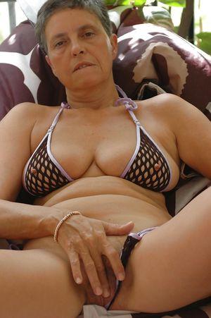 Старуха теребит свою киску 6 фото