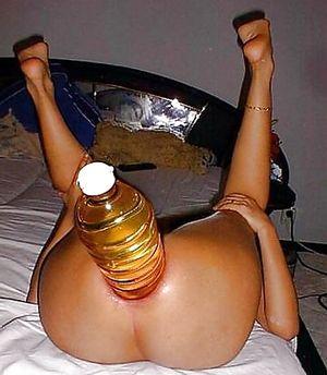 Шлюшки трахают свои дырки бутылками. 6 фото