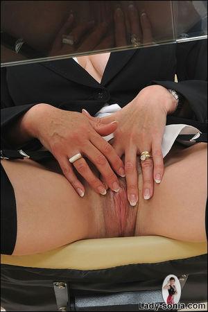 Сексапильная секретарша в чулках решила уделить себе время 5 фото