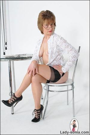 Скромная бабуля задрала юбку и показала трусики 10 фото