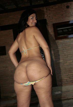 Жопастая тетка в бикини 6 фото