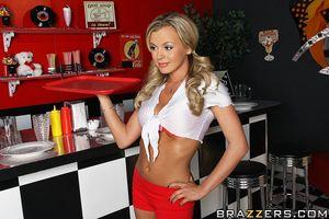 Смазливая барменша блондинка предпочитает секс в анальную дырочку на работе 6 фото