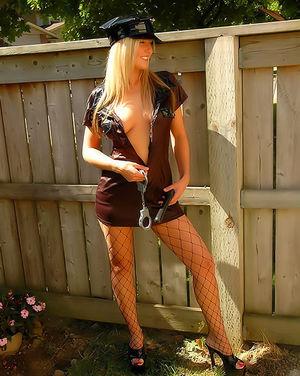 Сексапильная блонда в костюме полицейского 0 фото