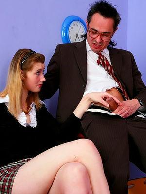 Скромная студентка застукала своего препода за дрочкой и трахнулась с ним 0 фото
