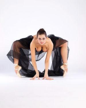 Балерина в чёрной пачке демонстрирует свою классную гладкую пилотку 11 фото