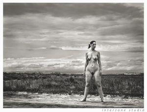 Черно-белое фото зрелки с широкими бедрами 19 фото