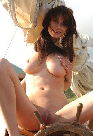 Худенькая девушка отдыхает на яхте 7 фото
