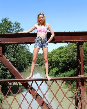 Худенькая блонда перегрелась на солнце и показала сиськи 5 фото