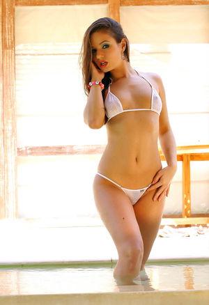 Стройняша в белом бикини красуется в бассейне