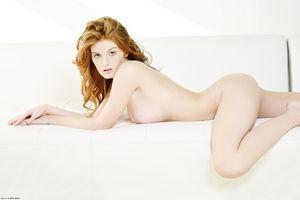 Эротическая фотосессия рыженькой модели с очень классными сиськами 1 фото