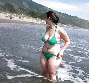 Пышные женщины на пляже 6 фото