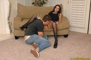 Молоденькая давалка в чулках занимается сексом с новым соседом 2 фото