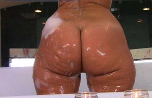 Rosee Divine купается в ванной 10 фото