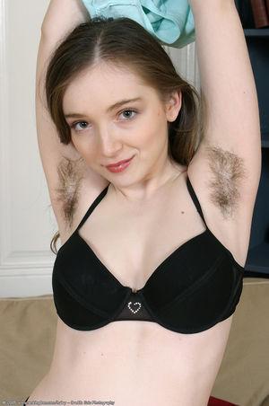 Волосатая девчуля играет с вибратором