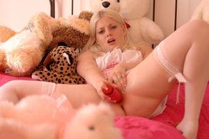 Сладенькая блондинка трахает свою киску 10 фото