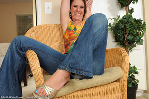 Зрелая женщина демонстрирует стройное тело 10 фото