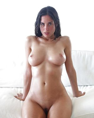 Сексуальная брюнетка показывает свои прелести 0 фото