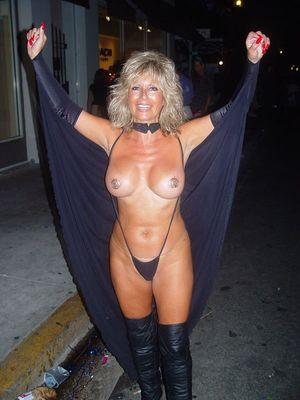 Фото зрелых дамочек на Хэллоуин. 1 фото