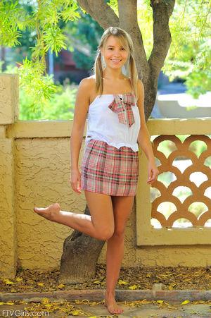 Милая девушка с косичками показала сисечки 1 фото