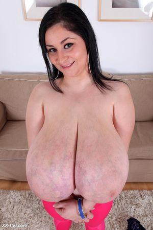 Темноволосая толстуха с огромной грудью с венами.