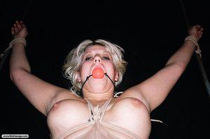 Парень мучает блонду элементами БДСМ 6 фото