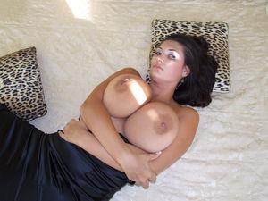Знойная мамаша в черном платье 7 фото