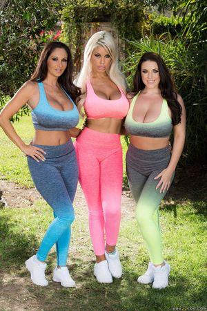 Три загорелые девушки с аппетитными формами 4 фото