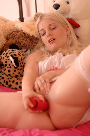 Сладенькая блондинка трахает свою киску 9 фото