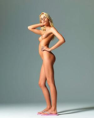Миниатюрная блонда разделась перед камерой 9 фото