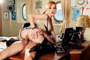 Рыжая стюардесса отсосала капитану и дала себя поиметь 7 фото