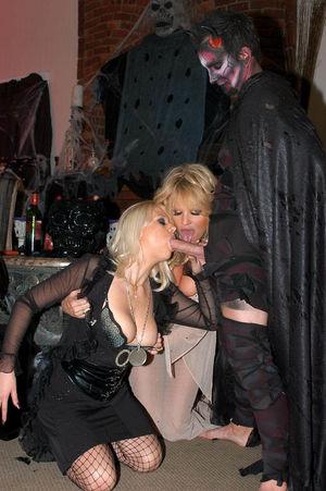 Развратные сучки в костюмах ведьм 5 фото