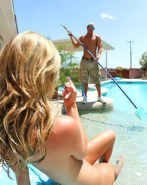 Блонда трахнула уборщика бассейна 7 фото