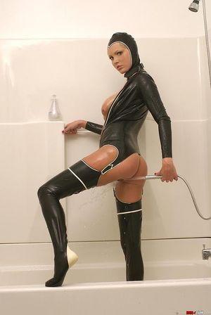 Блондинка в латексе заперлась в ванную 12 фото