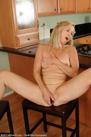 Сексуальная старушка мастурбирует на кухне 9 фото