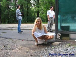 Блонда раздевается на людной остановке 9 фото