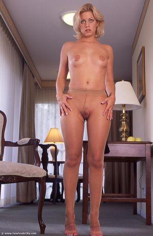Эротическая фотосессия блондинки в колготках 6 фото