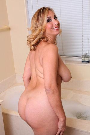 Зрелая блонди принимает ванну 7 фото
