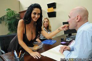 Сексуальная секретарша дает своему начальнику трахать себя в попу 6 фото